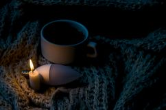 Filiżanka herbata, żarówka i świeczka, zdjęcie stock