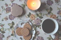 Filiżanka herbata, deser i zaświecająca świeczka na stole, Ranku śniadanie Zdjęcie Stock