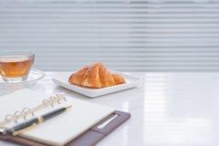 Filiżanka herbata i deser w ranku, relaksujący czas Zdjęcia Stock