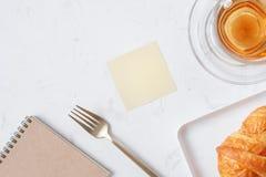 Filiżanka herbata i deser w ranku, relaksujący czas Obraz Royalty Free