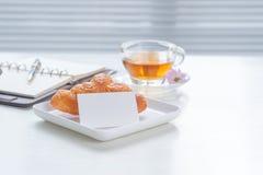 Filiżanka herbata i deser w ranku, relaksujący czas Obrazy Royalty Free