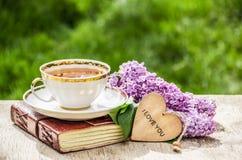 Filiżanka herbata i gałąź bez Romantyczny pojęcie Herbata, romantyczny kartka z pozdrowieniami i kwiaty, Obrazy Royalty Free