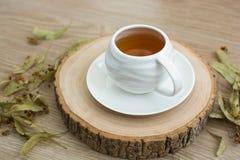 Filiżanka herbata na drewnianym barłogu fotografia stock
