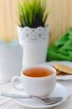 Filiżanka herbata na pięknie dekorującym stole Zdjęcie Stock