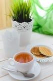 Filiżanka herbata na pięknie dekorującym stole Obraz Royalty Free