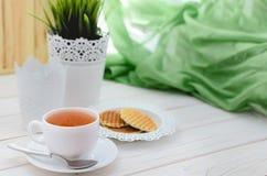 Filiżanka herbata na pięknie dekorującym stole Fotografia Stock