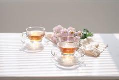 Filiżanka herbata na windowsill handluje porcelany świeżego porcelanowe truskawek herbatę razem Zdjęcia Stock