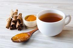 Filiżanka herbata słuzyć z pomarańczowym dżemem fotografia stock