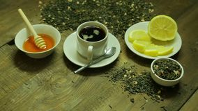 Filiżanka herbata, spaw, miód i cytryna na drewnianym stole, zbiory