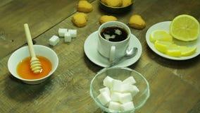 Filiżanka herbata, spaw, miód i cytryna na drewnianym stole, zdjęcie wideo