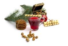 Filiżanka herbata, szkatuła, jedliny gałąź, ciastka i nutlets, Obrazy Royalty Free