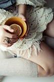 Filiżanka herbata w ręce dziewczyna miękkie ogniska, Zdjęcia Royalty Free