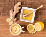 Filiżanka herbata z świeżym imbiru korzeniem, cytryną i miodem na drewnianym cu, zdjęcie royalty free