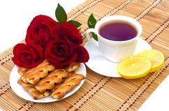 Filiżanka herbata z ciastkami i cytryną Zdjęcia Royalty Free