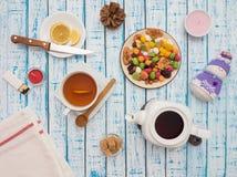 Filiżanka herbata z cytryną, teapot i wysuszonymi owoc na drewnianym stole, Fotografia Royalty Free