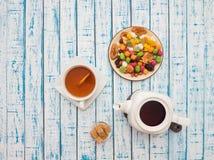 Filiżanka herbata z cytryną, teapot i wysuszonymi owoc na drewnianym stole, Zdjęcia Royalty Free