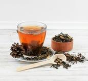 Filiżanka herbata z herbacianymi liśćmi rozpraszającymi Zdjęcie Royalty Free