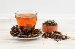 Filiżanka herbata z herbacianymi liśćmi rozpraszającymi Zdjęcia Stock