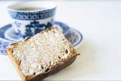 Filiżanka herbata z holenderem spiced chleb dzwoniącego Peperkoek lub Ontbijtkoek Na biel stole zdjęcie royalty free