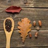 Filiżanka herbata z jesień liśćmi na drewnianym tle obraz royalty free