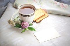 Filiżanka herbata z jesienią Kwitnie ciastka i Pustą kartę Zdjęcie Stock