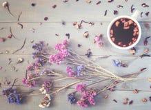 Filiżanka herbata z kwiatami i herbata wokoło go Zdjęcie Royalty Free