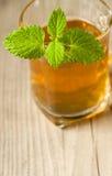 Filiżanka herbata z mennicą na drewnianym stole Zdjęcia Stock