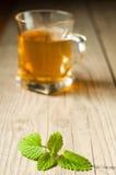 Filiżanka herbata z mennicą na drewnianym stole Obrazy Royalty Free