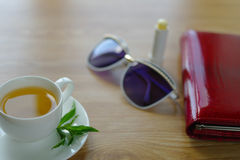 Filiżanka herbata z mennicą na stole obraz stock