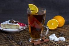 Filiżanka herbata z pomarańcze i cynamonem z kawałkiem cheesecake Fotografia Royalty Free