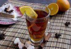 Filiżanka herbata z pomarańcze i cynamonem z kawałkiem cheesecake Obraz Stock