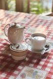 Filiżanka herbata z teapot na stole Filiżanka świeżo warząca czarna herbata, ucieka kontrparę, ciepły miękki światło obrazy royalty free