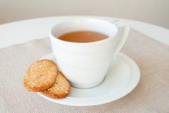 Filiżanka herbata z zboży ciastkami Zdjęcia Royalty Free