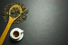 Filiżanka i herbata w drewnianej łyżce zdjęcia royalty free