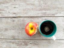 Filiżanka i jabłko Obraz Stock