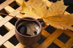 Filiżanka i jesień liście na drewnianym stole Fotografia Royalty Free