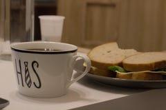 filiżanka i kanapka dla śniadania zdjęcia stock