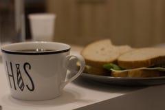 filiżanka i kanapka dla śniadania fotografia stock