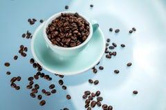 Fili?anka i kawowe fasole na koloru tle zdjęcie stock