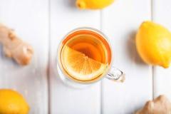 Filiżanka imbirowa herbata z cytryną na drewnianym tle zdjęcie stock