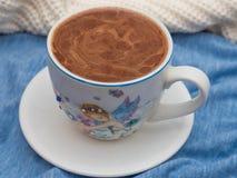 Filiżanka kakao z pianą na stole obrazy stock