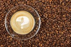 Filiżanka kawa espresso z znakiem zapytania na kawy pianie na kawowych fasoli tle Z kopii przestrzenią obraz royalty free