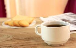 Filiżanka kawy, ciastka i tło gazeta, Zdjęcie Stock