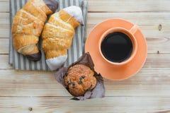 Filiżanka kawy, croissants, słodka bułeczka na drewnianym stole, odgórny widok nut zdjęcia stock