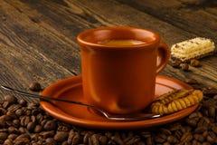 Filiżanka kawy, cukierki i kawowe fasole, Zdjęcia Royalty Free
