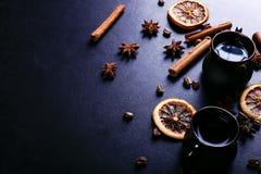 Filiżanka kawy, gwiazdowy anyż, cynamon, wysuszone fasole na ciemnym kuchennym countertop, pomarańczowe i kawowe Fragrant pikantn zdjęcie royalty free