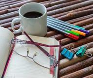 Filiżanka kawy i biurowe dostawy obrazy royalty free