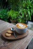 Filiżanka kawy i ciastko w sklep z kawą rocznika kolorze zdjęcia royalty free