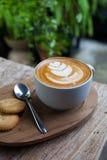 Filiżanka kawy i ciastko w sklep z kawą rocznika kolorze obrazy stock