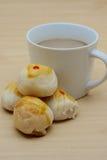Filiżanka kawy i cztery chińczyków ciasto Obrazy Royalty Free